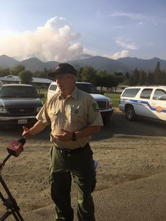 A photo of Clay Templin talking with reporters covering the Helena Fire in California