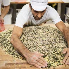 Der Bäcker vom Wörthersee 🥨 Die köstlichen #Backwaren werden von unseren Fachkräften sorgfältig und mit liebevoller Handarbeit für dich gefertigt. #Handarbeit – das ist eine liebevolle, enge und sehr persönliche Beziehung zu unseren Produkten. .  #wienerroither #maguat #bäckerei #brot #Gebäck #handgemacht #bäcker #geschmack #genuss