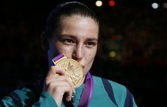 Katie Taylor è nata il 2 luglio del 1986 a Bray, in Irlanda. Dodici anni  dopo è salita su un ring, e da allora non c'è mai scesa. Non solo: milita anche nella nazionale di calcio irlandese. Allenata dal  padre, Katie ha perso un solo incontro di boxe in tutta la sua carriera, e in  patria è considerata ormai un mito. Da oggi la ventiquatrenne irlandese è  entrata nella storia: è il primo oro olimpico per la boxe femminile nei  60 chili. Non c'è mai stato alcun dubbio che l'oro fosse…
