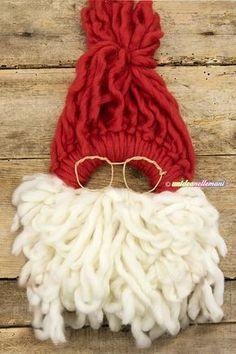 Video tutorial per fare una originale ghirlanda fuoriporta di Natale fai da te in lana a forma di Babbo Natale. Da lavorare solo con le mani e facile da fare!