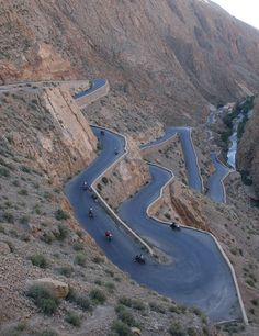 Travessia das montanhas Atlas, Marrocos (Renault 4). Have to go here one day just to drive those bends