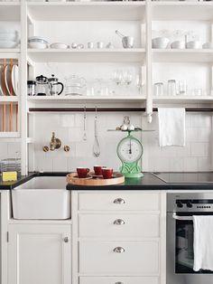 En la cocina, muebles de estilo años 40, fregadero de principios del XX y horno de AEG. | AD
