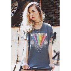 A estampa da t-shirt Hypnotize é aquela explosão de cores e sensações que você só conheceu se viveu nos anos 70. A década de 70 está na moda, todo mundo fala dela, e a gente fala dela de um jeitinho mais psicodélico ;) #ziovara #ziovaratees