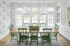 Blond Wood Table with Emerald Green Windsor Dining Chairs - Transitional - Dining Room Green Dining Room, Dining Room Design, Dining Rooms, Classic Interior, Luxury Interior Design, Windsor Dining Chairs, Dining Table, Wood Table, Classic House
