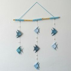 Mobile origami poissons bleus et bois flotté : Décoration pour enfants par fils-et-compagnie