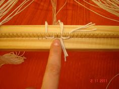 Quiero Pura Lana: 5° Clase de telar: Enganchar el material 1° parte Macrame Tutorial, Lana, Weaving, Tapestry, Clothes, Ideas, Scarf Knots, Loom Knitting Patterns, Loom Knit