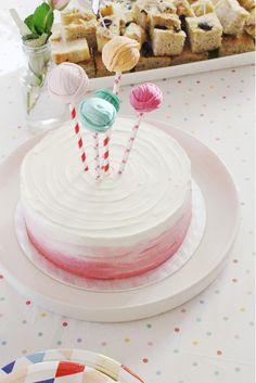 Vaaleanpunavalkoinen ombre-kakku ja lankakeräpopsit. arjenjaloissa.blogspot.com