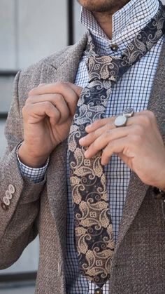 Every man should own a paisley tie. Our soft polyester neckwear features a detailed paisley pattern in creamy blue and gold. Wear it with your best suit or a more casual outfit for a uniquely stylish look. Source by rimpyghotra outfits Hipster Bart, Paisley Tie, Paisley Pattern, Style Costume Homme, Traje Casual, Style Masculin, Herren Style, Expensive Clothes, Mens Fashion Suits