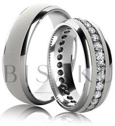 K03 Snubní prsteny z bílého zlata, střed v pískovaně matném provedení s lesklými okraji. Dámský prsten zdobený po celém obvodě kameny. #bisaku #wedding #rings #engagement #snubni #prsteny #svatba