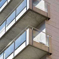 <center><B><span style='text-transform:uppercase'>Edifici Emili Grahit</span> - Baranes d'acer inoxidable amb acabat polit brillant.  </b><br> Franges de xapa d'acer inoxidable sorrejat. Vidre laminat transparent.<br /></center>