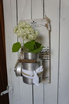 Ein zauberhaft schönes altes Holzbrett .... verwandelt zu einer wundervoll herzigen Willkommendekoration....Eine antike Blechmilchkanne dient als Dekomöglichkeit für Ihre frischen Gartenblümchen...