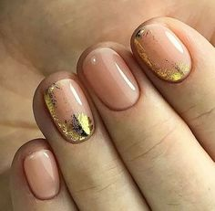 The advantage of the gel is that it allows you to enjoy your French manicure for a long time. There are four different ways to make a French manicure on gel nails. Trendy Nails, Cute Nails, My Nails, Minimalist Nails, Gold Nail Art, Gold Gel Nails, Gold Manicure, Chrome Nails, Special Nails