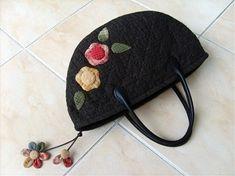 퀼트가방 - 다알리아 토트백 : 네이버 블로그 Fabric Bags, Quilted Bag, Diy And Crafts, Beanie, Quilts, Purses, Hats, Appliques, Totes