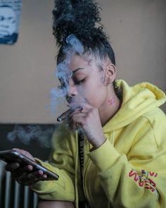 Mode Gangster, Estilo Gangster, Gangster Girl, Badass Aesthetic, Black Girl Aesthetic, Girl Smoking, Smoking Weed, Smoking A Blunt, Stoner Girl