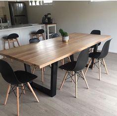 Mesa con madera recuperada , soporte con acero en color negro, hacen buen juego con sillas Eames en color negro