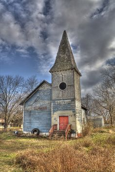Abandoned Church i love old abandoned houses! Abandoned Buildings, Abandoned Mansions, Old Buildings, Abandoned Places, Haunted Places, Old Country Churches, Old Churches, Architecture Religieuse, Take Me To Church