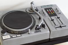 Love this turntable cake! Crazy Cakes, Fancy Cakes, Cute Cakes, Music Themed Cakes, Music Cakes, Gorgeous Cakes, Amazing Cakes, Fondant Cakes, Cupcake Cakes