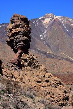 Roque Cinchado med Teide i bakgrunnen. Utfyllende tekst om de geologiske formasjonene og utsiktspunktene å få med seg!