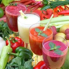 How to make detox smoothies. Do detox smoothies help lose weight? Learn which ingredients help you detox and lose weight without starving yourself. Low Calorie Smoothies, Weight Loss Smoothies, Fruit Smoothies, Healthy Smoothies, Healthy Drinks, Healthy Weight Loss, Acai Healthy, Juice Smoothie, Yummy Drinks