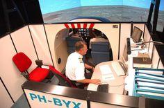 Twee studenten met instructeur, dhr. Heijne, in de FNPT II simulator. Wat verwacht jij hiervan?
