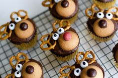 Reindeer cupcakes - 20 Cute and Sweet Christmas Cupcakes