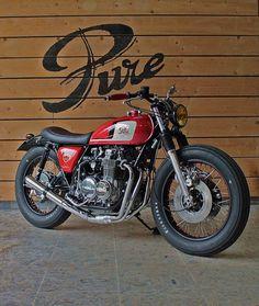 """Die französische Custom-Schmiede Pure Motorcycles verwandelte eine 74'er Honda in die schicke CB 500 """"Time Less"""" im einzigartigen Brat Style."""