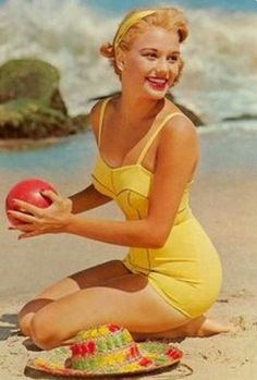 Vintage bathing beauty in a pin-up swimsuit! Pin Up Vintage, Mode Vintage, Vintage Beauty, Retro Vintage, Vintage Yellow, Vintage Beach Photos, Vintage Style, Vintage Woman, Vintage Surf