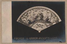 Lichtdruckkarte eines Fächers aus dem Besitz der Landesgräfin Th. Fürstenberg (vom Bearbeiter vergebener Titel), Insgesamt 12 Lichtdruckkarten von Fächern aus der Fächer- u. Uhrenausstellung in Wien, 1903. (Titelzusatz)
