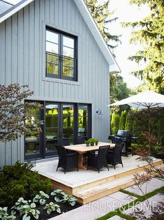 The pale blue wooden siding on this home has a barn-like effect. | Design: Lynda Reeves | Photo: Michael Graydon