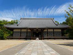仁和寺:金堂と秋の空