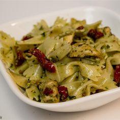 Pasta met kip, zongedroogde tomaten en pesto @ http://allrecipes.nl