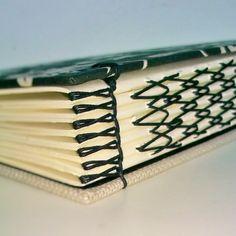 Isabel Ballstaedt: detalhes das costuras Handmade Notebook, Handmade Journals, Handmade Books, Book Binding Design, Book Design, Paper Book, Paper Art, Book Art, Bookbinding Tutorial