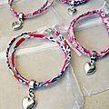 Des jolis bracelets en tissu Liberty dans des tons de rose et ornés d'une breloque en forme de coeur qu'une future mariée va offrir...