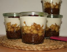 Quinoa s čokoládou, jablkami a jogurtom Russian Recipes, Granola, Quinoa, Yogurt, Oatmeal, Brunch, Food And Drink, Pudding, Vegetarian