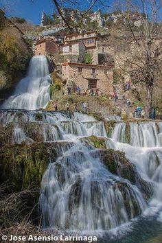 Orbaneja del Castillo,Burgos, Castilla y León (España) Beautiful Places To Visit, Wonderful Places, Beautiful World, Places To Travel, Places To See, Travel Around The World, Around The Worlds, Weekend France, Beautiful Waterfalls