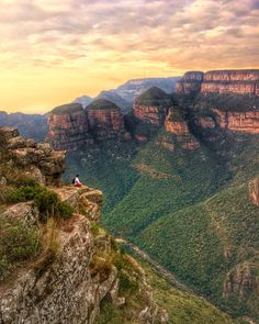#Hike around the #Blyde River #Canyon in four or just one day. Explore the three rondavels and more epic places at this stunning place in South Africa! Find out more tips and tricks to #travel by clicking on the picture