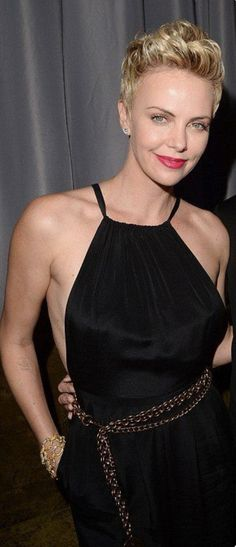 Charlize Theron's grow out from April 2013 Pixie Hairstyles, Cool Hairstyles, Charlize Theron Short Hair, Belle Hairstyle, Atomic Blonde, Corte Y Color, Edgy Hair, Hair Today, Cut And Style