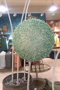 Fleur originale en coton tiges piqués sur une boule de polystyrène. (tremper le coton tige dans du colorant alimentaire pour la couleur)