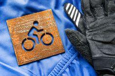"""Tabliczka """"trasa rowerowa"""" ze stali Corten ( zdjęcie wykonane po dwóch miesiącach patynowania )."""
