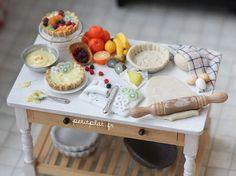 Miniature Baking Table - Fruit Tart and Pies Miniature Kitchen, Miniature Food, Miniature Dolls, Polymer Clay Miniatures, Dollhouse Miniatures, Fimo Clay, Food Sculpture, Tiny Food, Fruit Tart