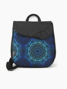 Gyönyörű kékes-fekete mandala díszíti ezt a táskát. Szinte vonzza a tekintetet, és amikor ránézünk. Nagyon megnyugtató a látvány. A hátizsák fedlapjába csillogó fekete műbőrt varrtam díszítésként. Aprólékosan kidolgozott, fiatalos, nagyon népszerű táska lett a végeredmény! A minta különleges nyomtatási technológiával került az anyagra, UV és időjárás álló. Munkába, városi sétákhoz és kiránduláshoz is megfelelő. Cipzárral és mágnes patenttal záródik.