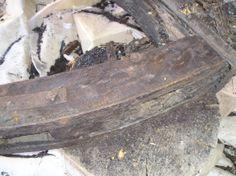 08-Prima porzione pulita: lo strato di catrame è stato rimosso meccanicamente, con martellina, raschietti e bisturi.