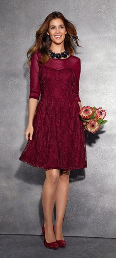 Wir schwärmen von diesem Traum in Bordeaux! Das Kleid mit Transparenz und Spitze ist so elegant wie romantisch. #Mode #Kleid #Bordeaux