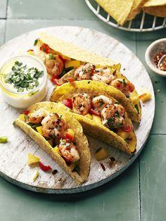 Recept: gevulde taco's met scampi's, mangosalsa en yoghurt-koriandersaus - Flaironline - Voor jou, over jou Fish Recipes, Seafood Recipes, Mexican Food Recipes, Healthy Recipes, Guacamole, Brunch, Wrap, I Foods, Snacks