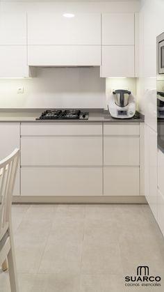 Cocina pequeña blanca de 8m2 en forma de L con encimera de cocina silestone Sweet Home, Kitchen Cabinets, Home Decor, Closet, Kitchens, Flower, Small L Shaped Kitchens, Kitchen Styling, Decorating Kitchen