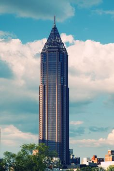 Top 10 Tallest Buildings in USA - Bank of America Plaza, Atlanta - 1,023 ft Bank Of America, Amazing Buildings, Modern Buildings, Trump International Hotel, Usa Places To Visit, Dark City, Unique Architecture, Destinations, Willis Tower
