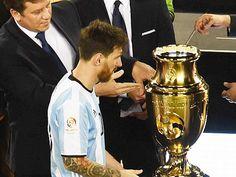 Lionel Messi & nỗi ám ảnh sọc xanh trắng