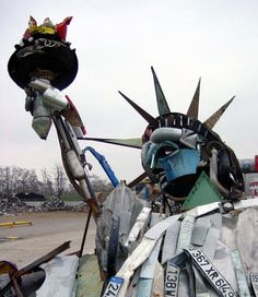 Beautiful work from french artist Bernard Pras. His way of doing is taking everyday objects, combining them into a puzzle that makes sense only under one particular angle of view ! Really original !More details of statue of liberty here ++Bernard Pras Recycled Art Projects, Recycling Projects, Recycled Materials, Trash Art, Arts Integration, Found Object Art, Cycling Art, French Artists, Installation Art