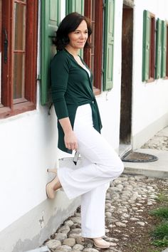 Clean spring look in wide white linen trousers and a green tunic