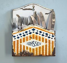 #vintagedecor #walldecor #wallpockets #brushes #paintbrushes #vintagekitchen